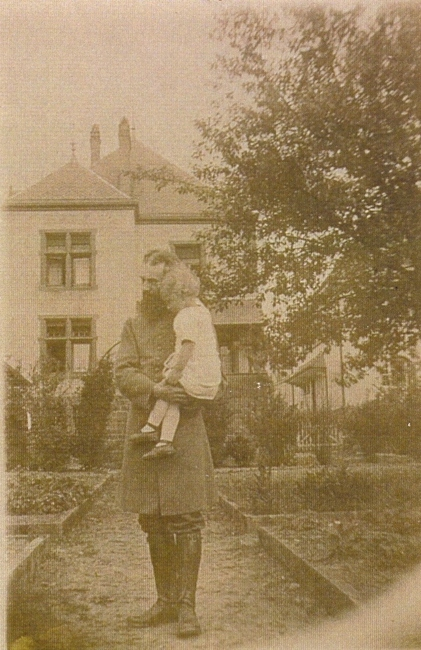 Pasteur bloch et arriere du presbytere 1916